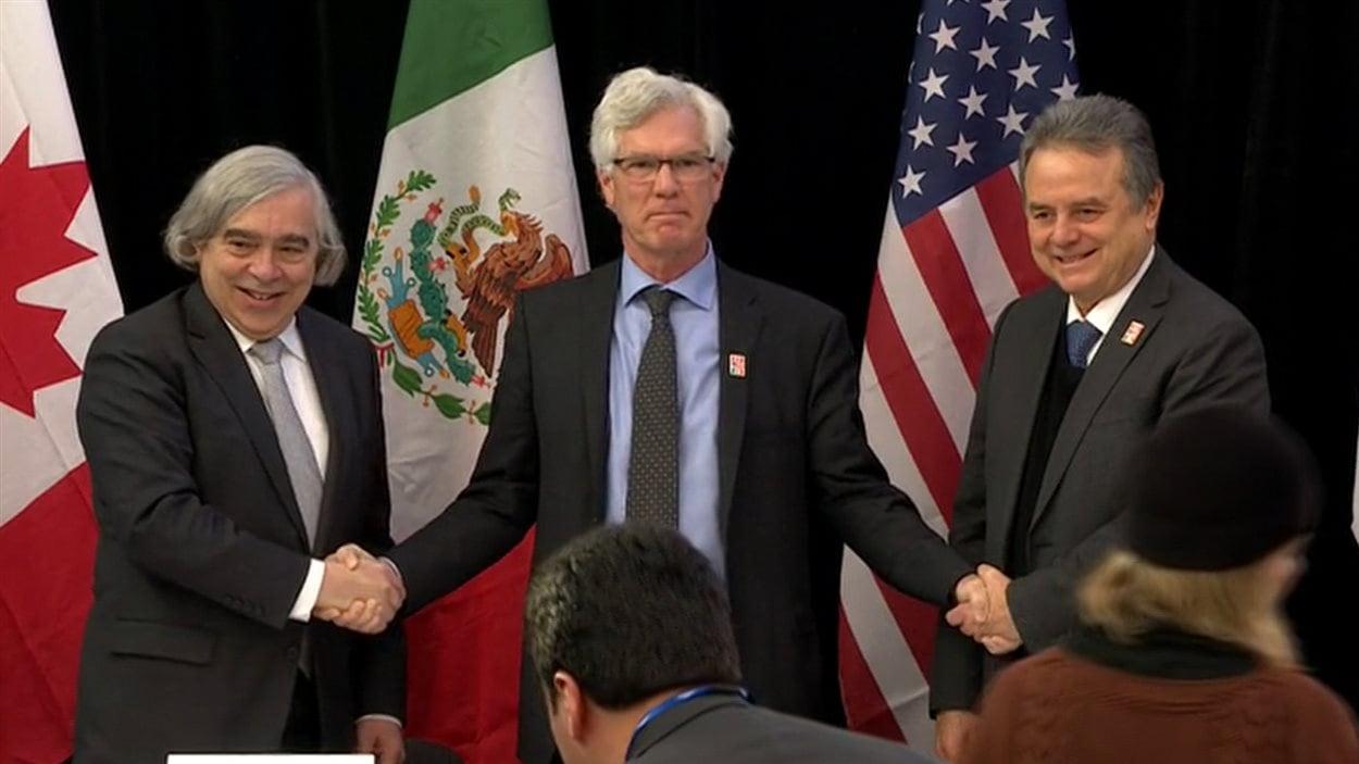 Le ministre canadien des Ressources naturelles, Jim Carr (au centre), a annoncé la signature du protocole avec les secrétaires à l'Énergie américain et mexicain, Ernest Moniz (à gauche) et Joaquín Coldwell.