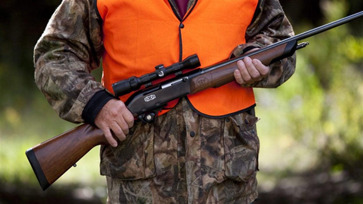 un chasseur portant un fusil