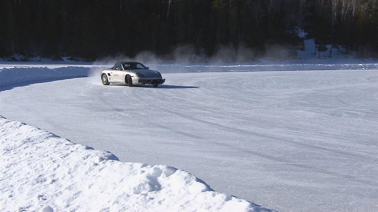 Une voiture dérape sur la glace