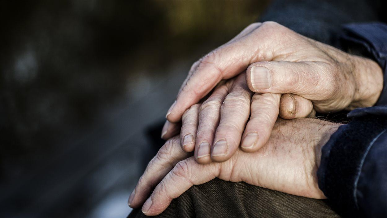 Mains d'ainés en amour