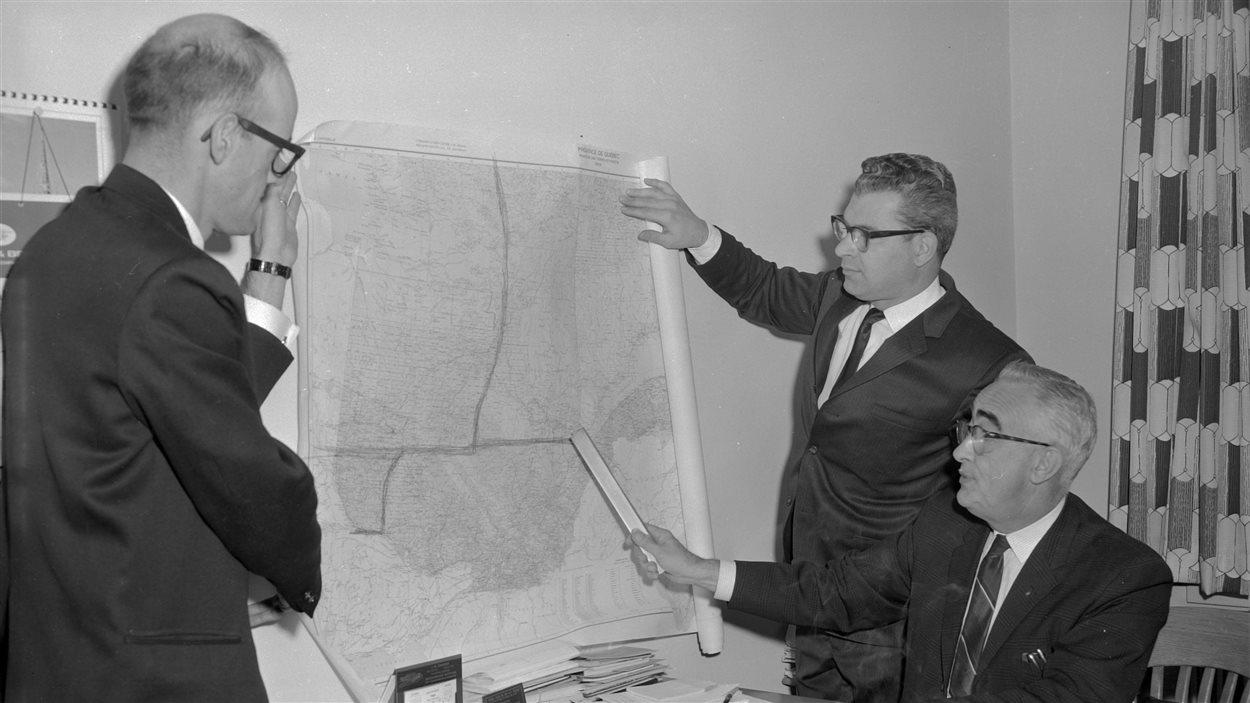Wilfrid Sabourin, à droite, étudiant les possibles frontières de la 11e province