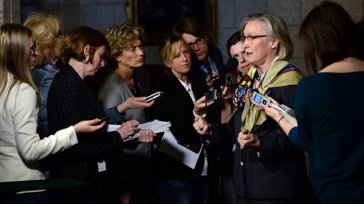 La ministre des Affaires autochtones Carolyn Bennett a commenté la situation des femmes autochtones assassinées ou disparues mardi, après une rencontre du Conseil des ministres.