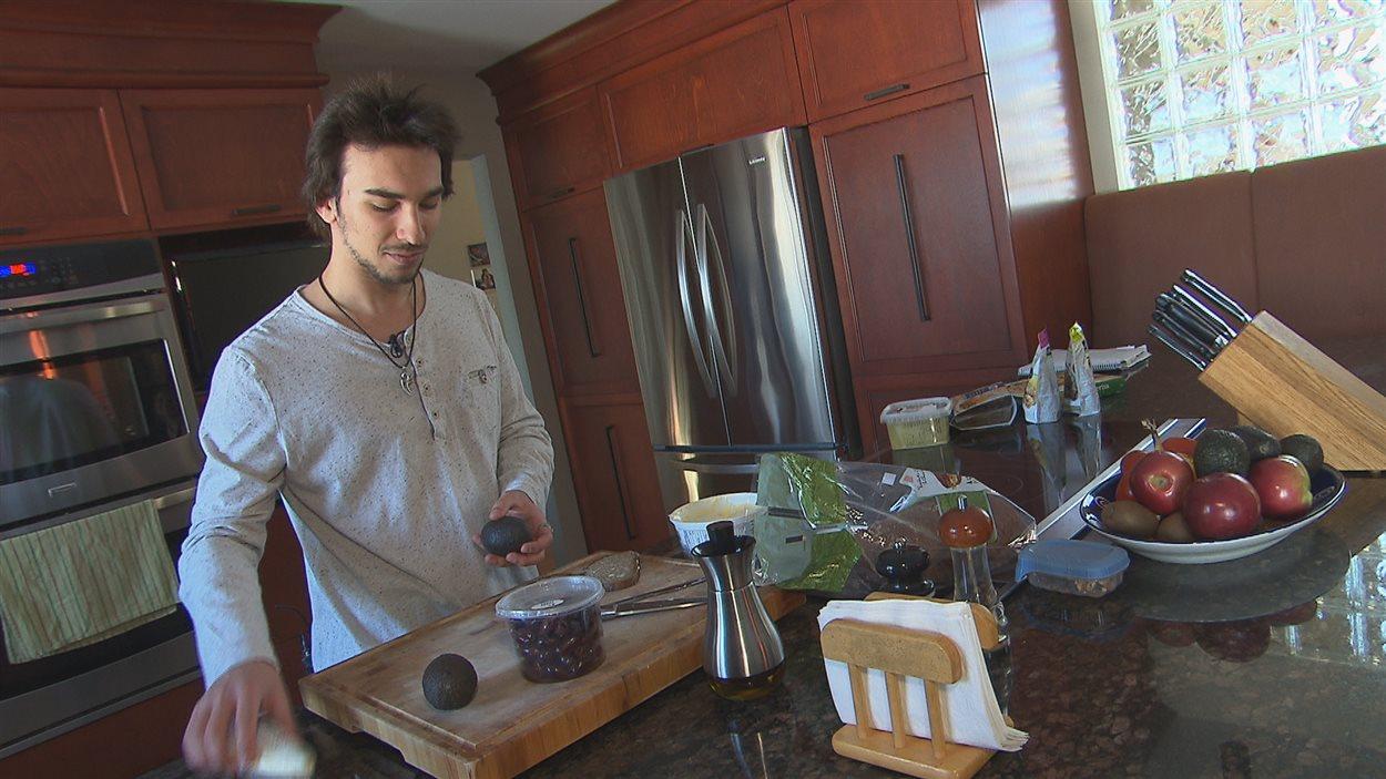 Simon Marois, 14 ans, a choisi de devenir végétarien. Il est le seul de sa famille à avoir banni la viande.
