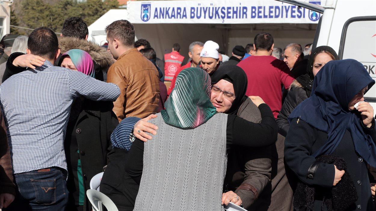 Des proches des victimes de l'attentat à la voiture piégée qui a fait 28 morts à Ankara se réconfortent mutuellement.