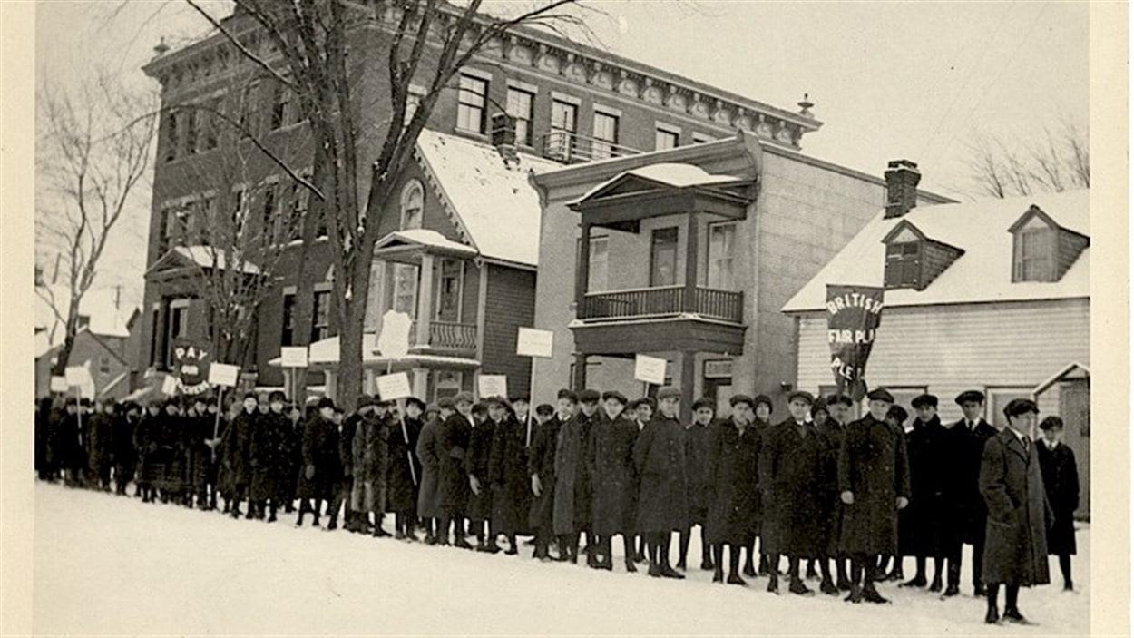 Manifestation d'écoliers contre le Règlement 17, devant l'école Brébeuf, square Anglesea dans la basse-ville d'Ottawa, à la fin janvier ou au début février 1916.  Photo :  Encyclopédie du patrimoine culturel de l'Amérique française