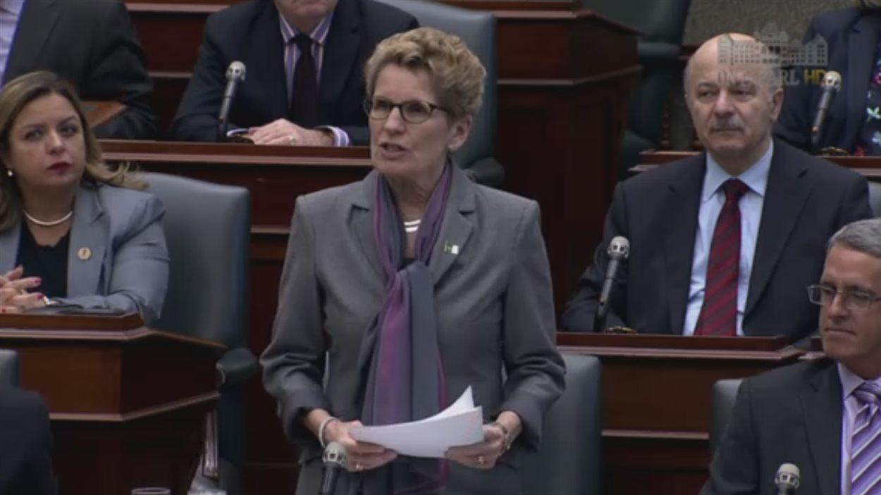 La première ministre de l'Ontario, Kathleen Wynne, présente des excuses à Queen's Park.