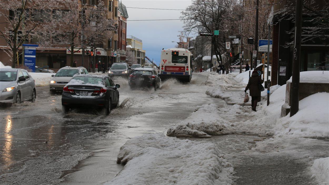 Une accumulation d'eau s'est formée sur l'avenue Cartier.