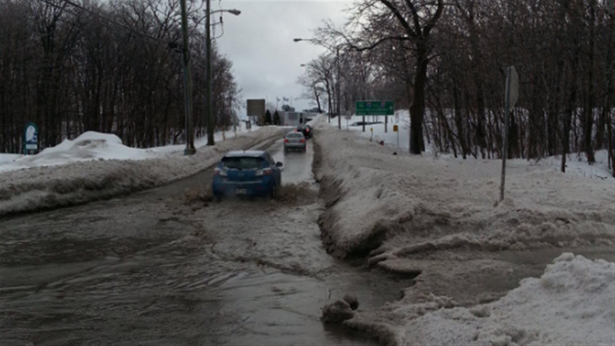 L'eau s'est accumulée dans les rues.