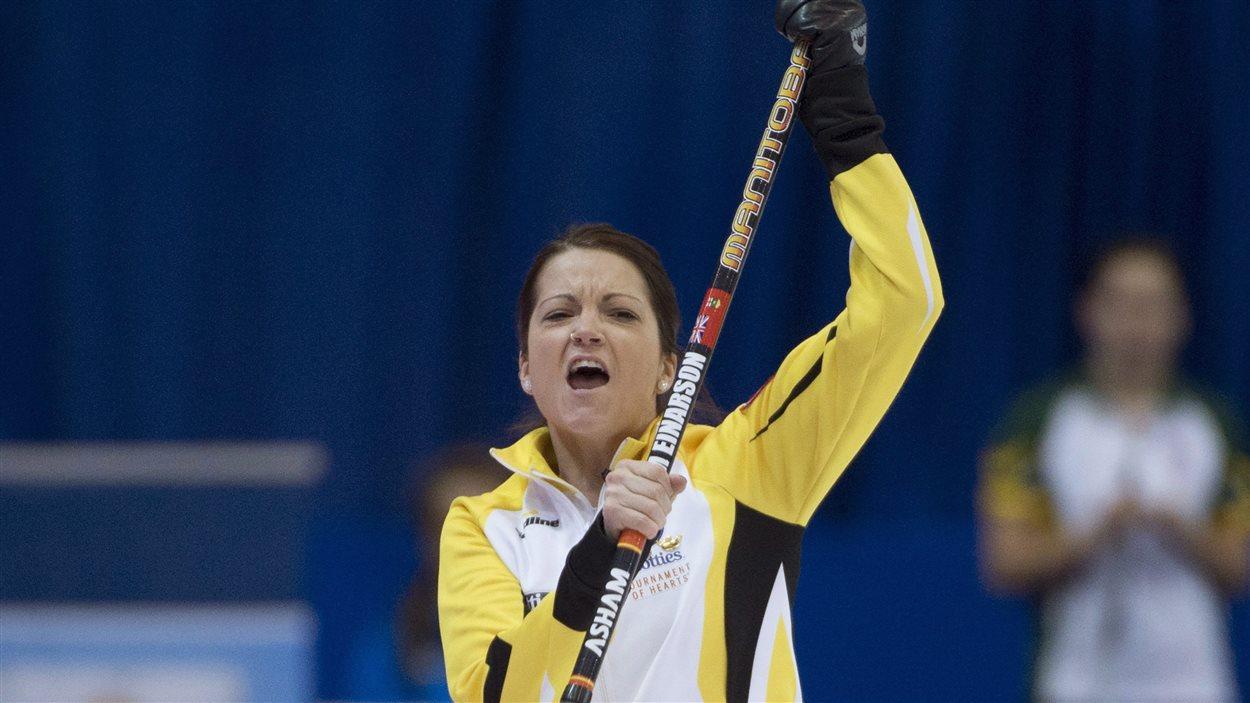 La capitaine de l'équipe de Manitoba, Kerri Einarson, célèbre sa victoire face au Nouveau-Brunswick