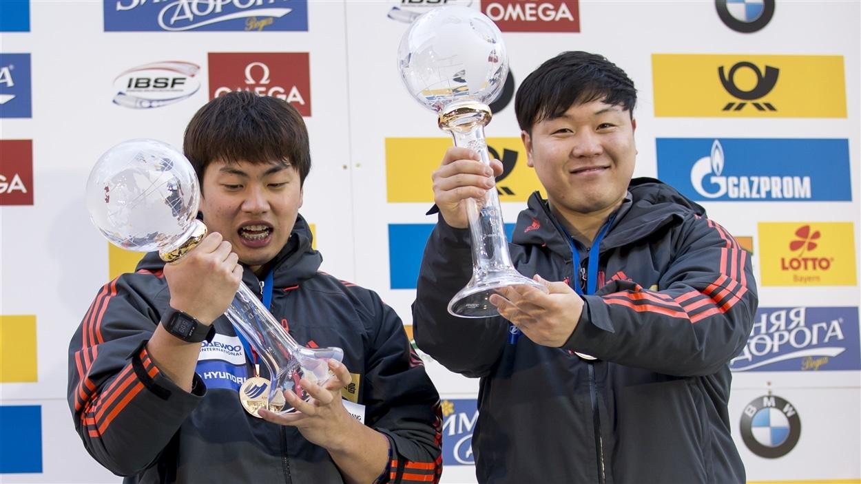 Won Yun-jong (gauche) et  Seo Young-woo (droite)