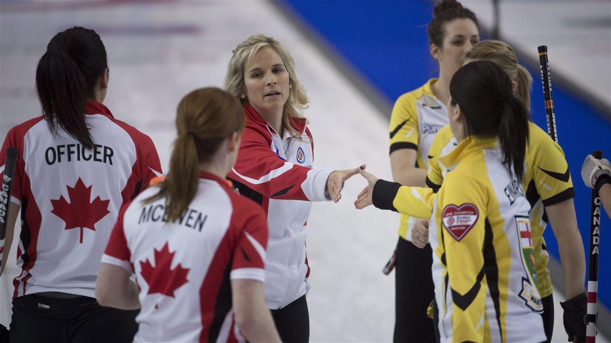 Jennifer Jones et Équipe Canada remportent le match de médaille de bronze face à Kerri Einarson du Manitoba, au Tournoi des coeurs