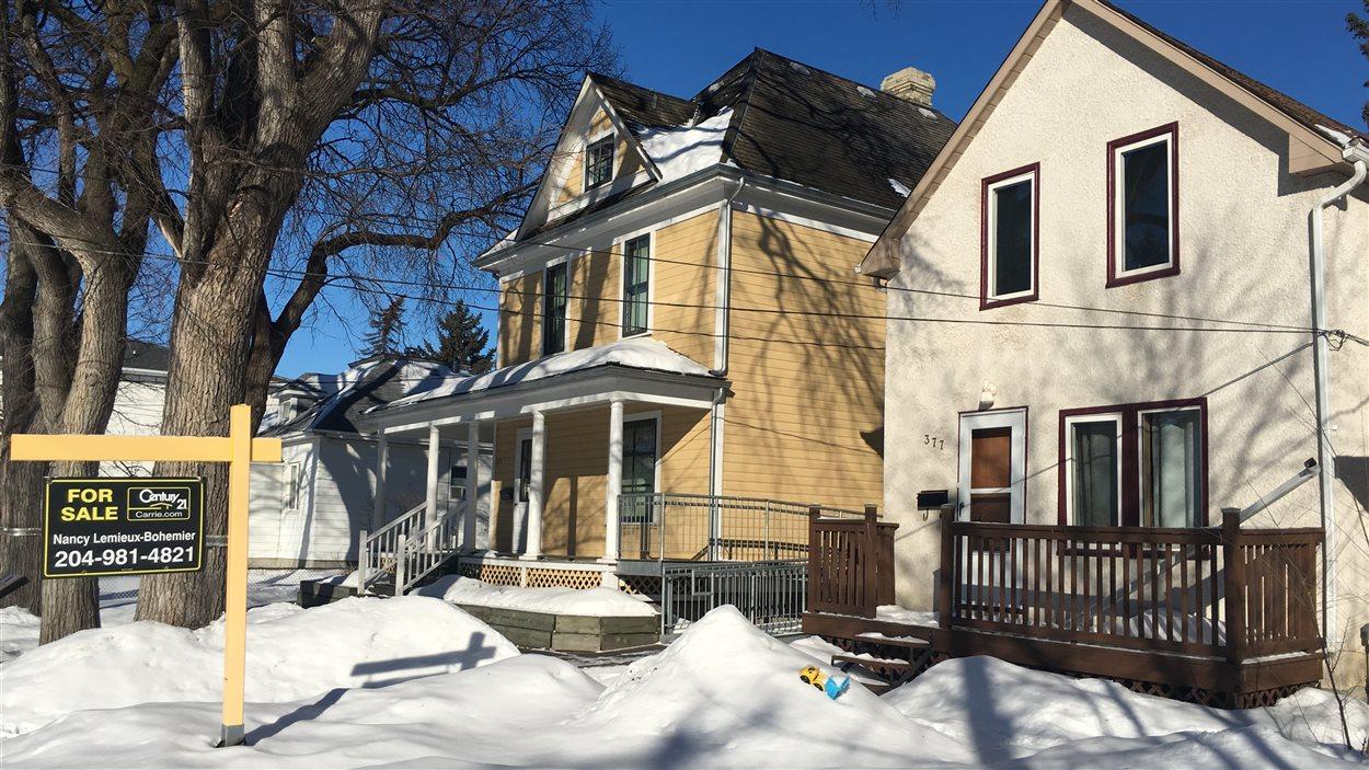 La résidence voisine à la Maison Gabrielle-Roy est à vendre.
