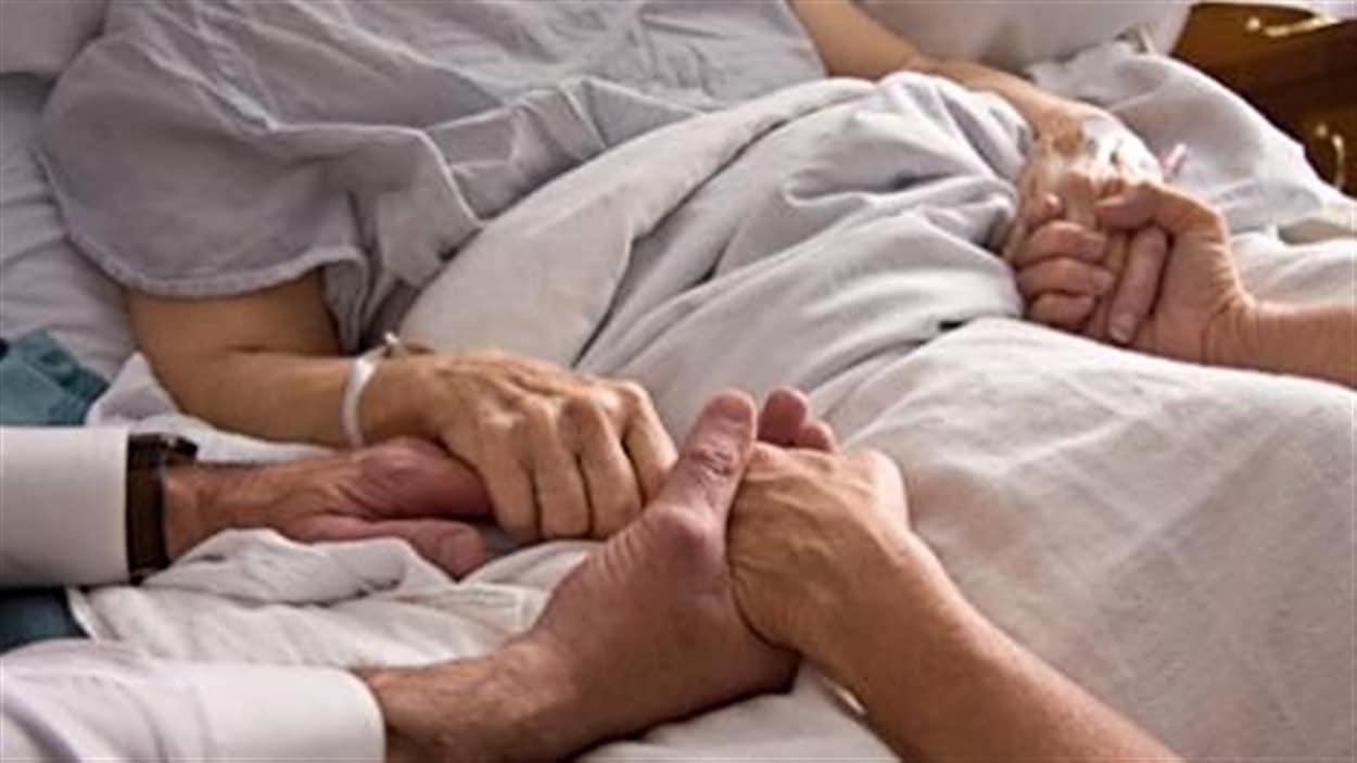 Élargie l'accès à l'aide médicale à mourir L'accessibilité à l'aide médicale à mourir devrait être élargie aux patients psychiatrisés et éventuellement aux mineurs selon le comité parlementaire chargé d'étudier la question. Claude en parle avec Serge Joyal, sénateur libéral de Kennebec.