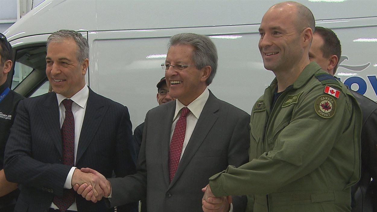 Dans l'ordre habituel : Didier Toussaint, président du Groupe services gouvernementaux de Discovery Air, le maire de Saguenay, Jean Tremblay, et le commandant de la base de Bagotville, Darcy Molstad