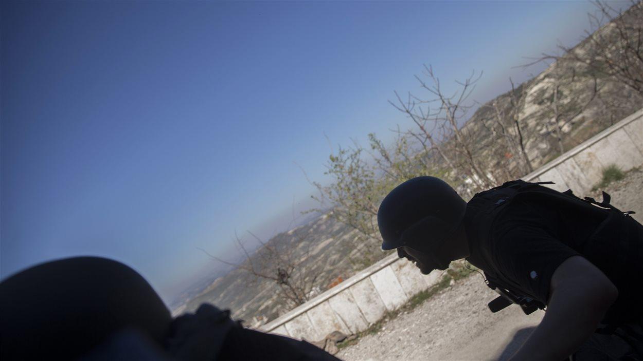 Des journalistes courent pour se mettre à l'abri lors de la série d'explosions survenues près de la frontière turque.