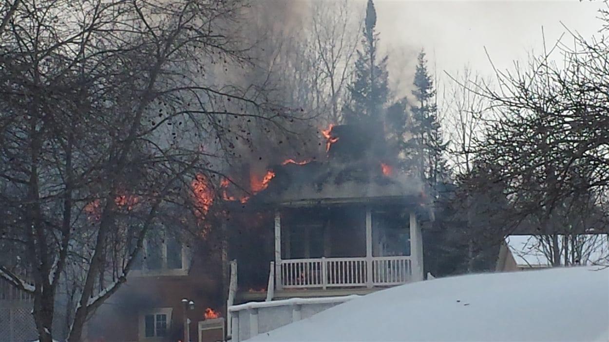 Une maison est la proie des flammes à Sherbrooke