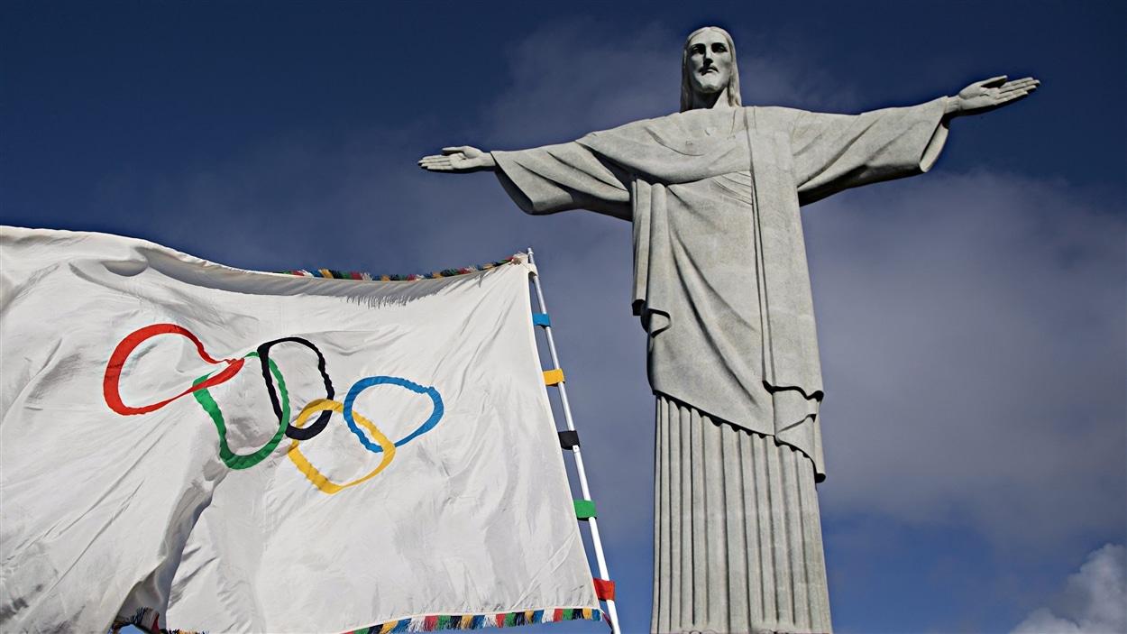 Le drapeau olympique à Rio