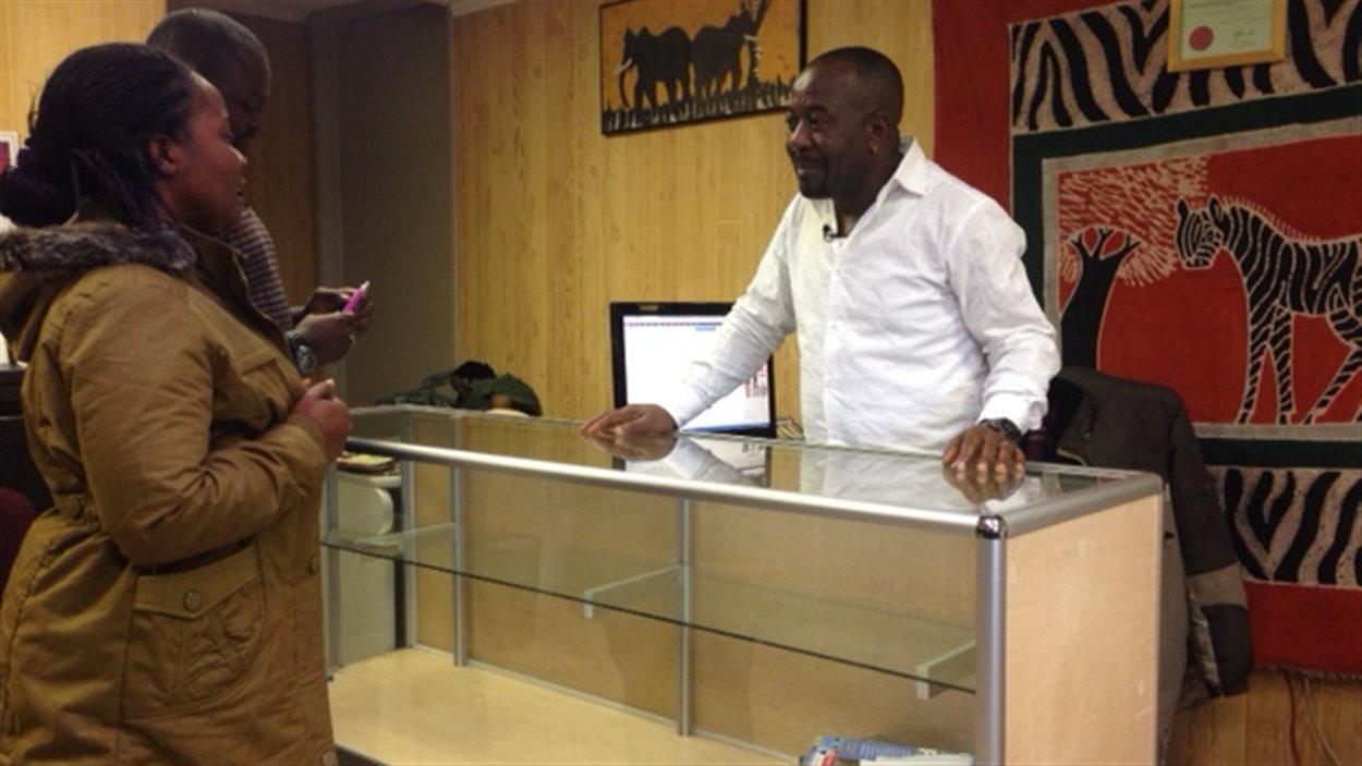 Le directeur du Centre d'intégration pour immigrants africains, Paul Mulangu, reçoit Mami Williams arrivée en C.-B. le 25 septembre 2015 depuis un camp de réfugiés en Côte d'Ivoire .