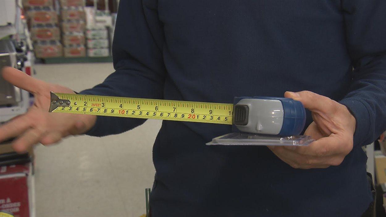 Les pouces occupent les deux tiers de ce galon à mesurer vendu dans une quincaillerie québécoise. L'autre tiers est occupé par les centimètres.