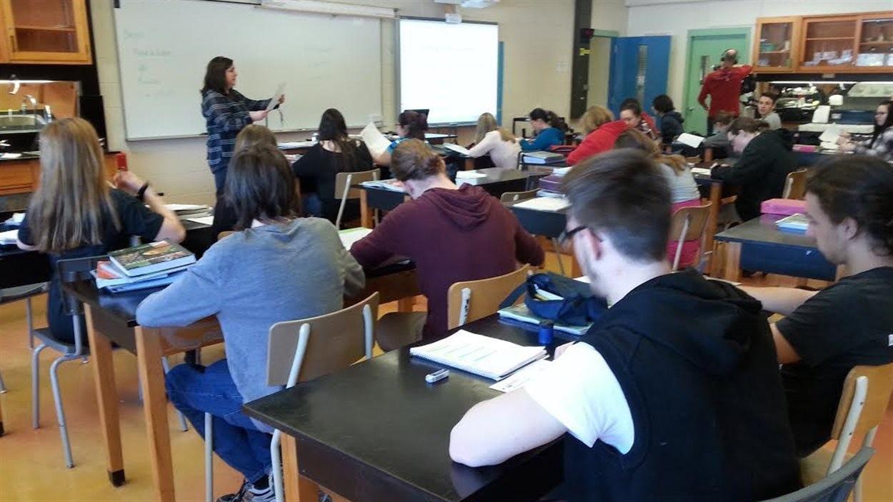 La classe de sciences de Maryse Tremblay en 4e secondaire à l'école Roger-Comtois de Québec