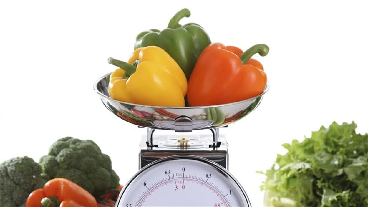 Des légumes et une balance qui indique le poids en livres et en kilos