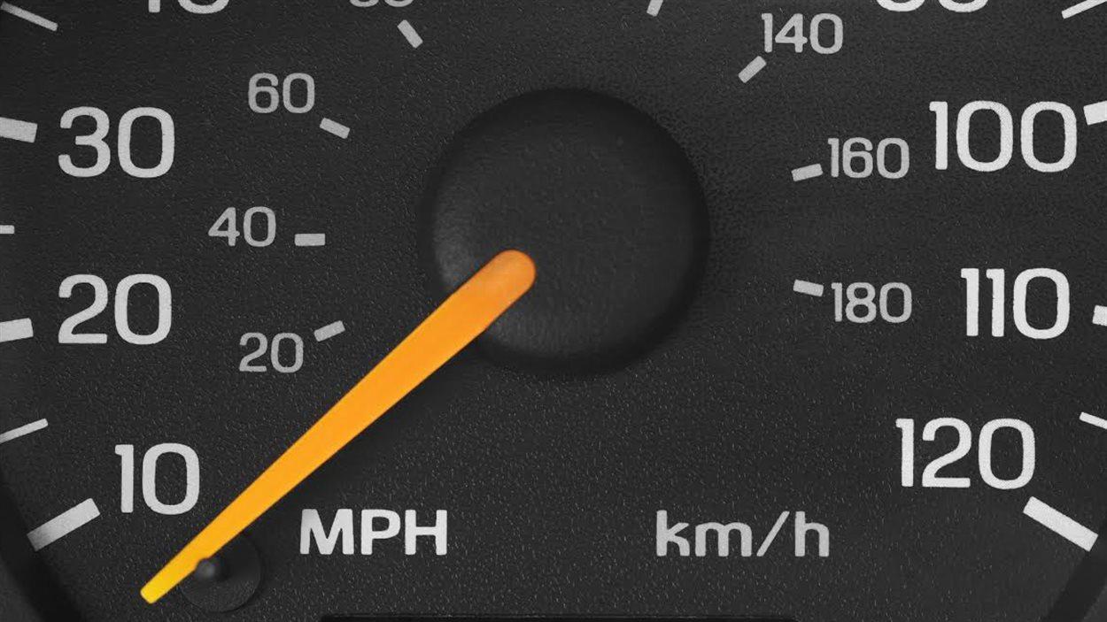 Un odomètre qui indique la vitesse avec le système métrique et le système impérial
