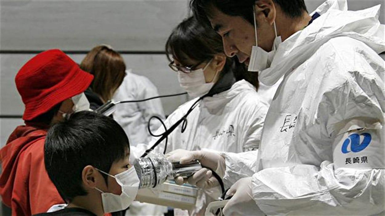 Les taux de radiation des habitants de Fukushima sont contrôlés après l'accident nucléaire, en mars 2011.