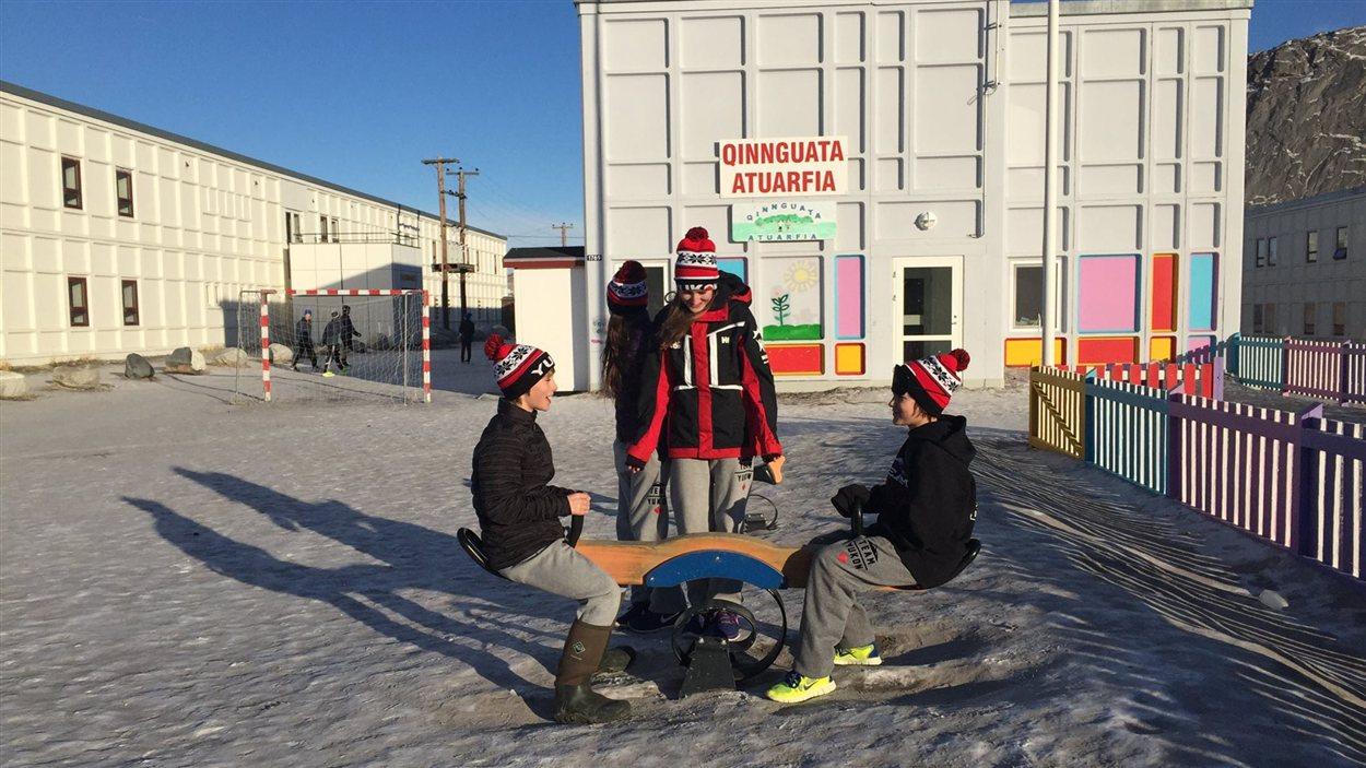 Trois athlètes s'amusent sur une balançoire