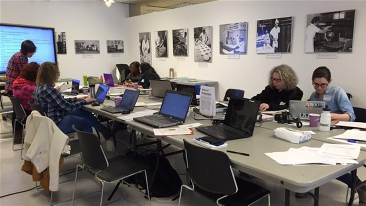Des femmes participent à une journée contributive de Wikipédia à Saskatoon