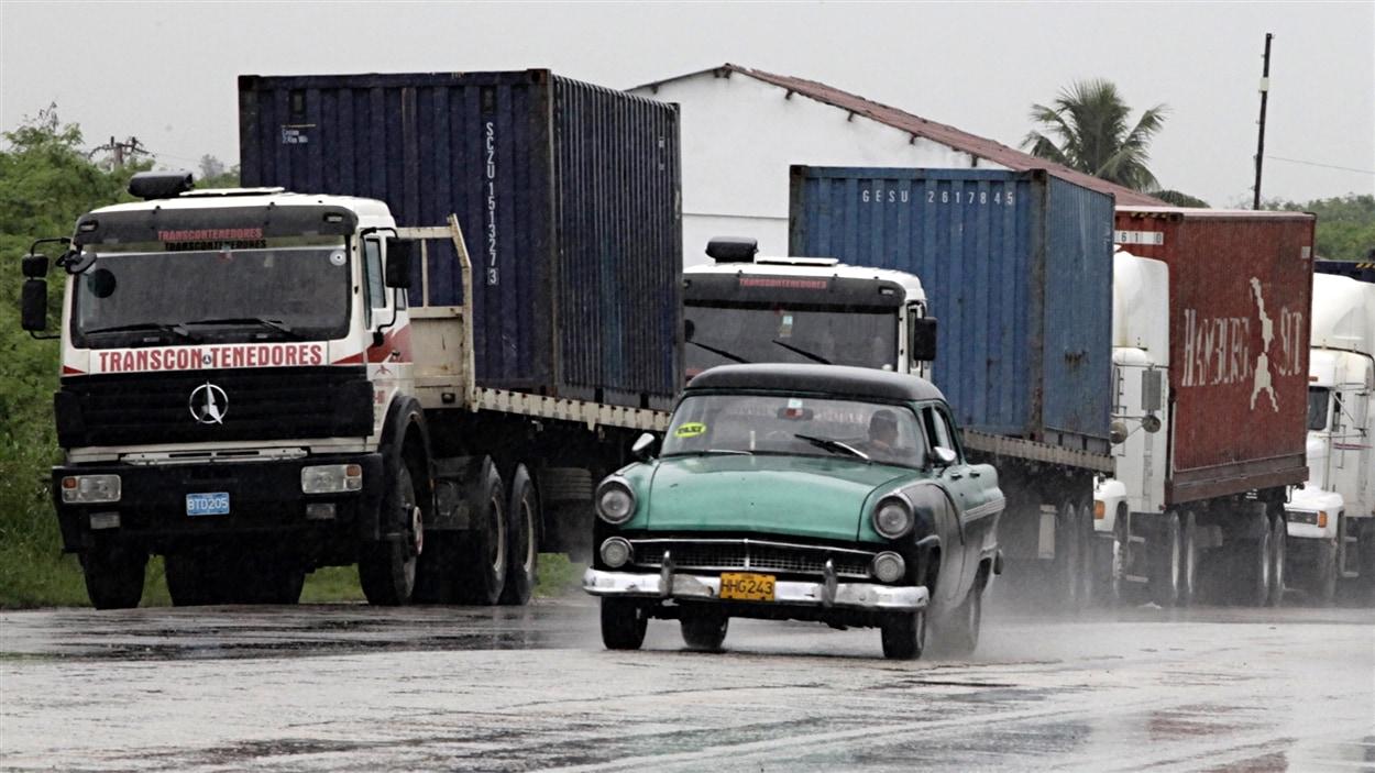 Des camions sur une route près de La Havane, à Cuba