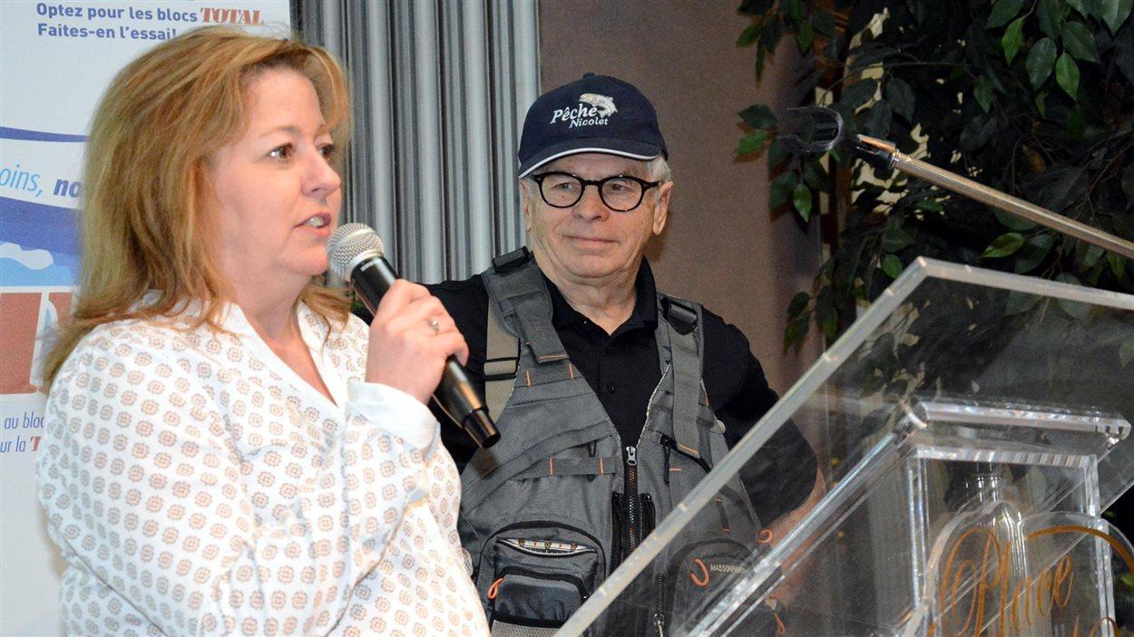 Sylvie Roy invite les gens à signer la pétition contre le projet de loi 64 sur l'immatriculation des armes à feu au Salon Chasse et Pêche de Victoriaville.