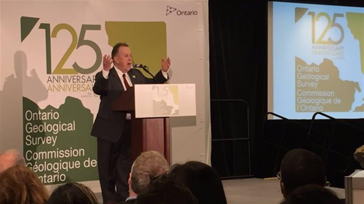 Le ministre du Développement du Nord, des mines et des forêts, Michael Gravelle, souligne le 125e anniversaire de la Commission géologique de l'Ontario.
