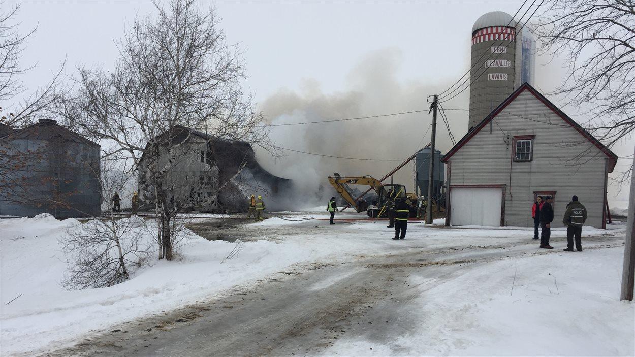 Un incendie s'est déclaré lundi dans cette ferme laitière du rang St-Prime à St-Guillaume dans le Centre-du-Québec