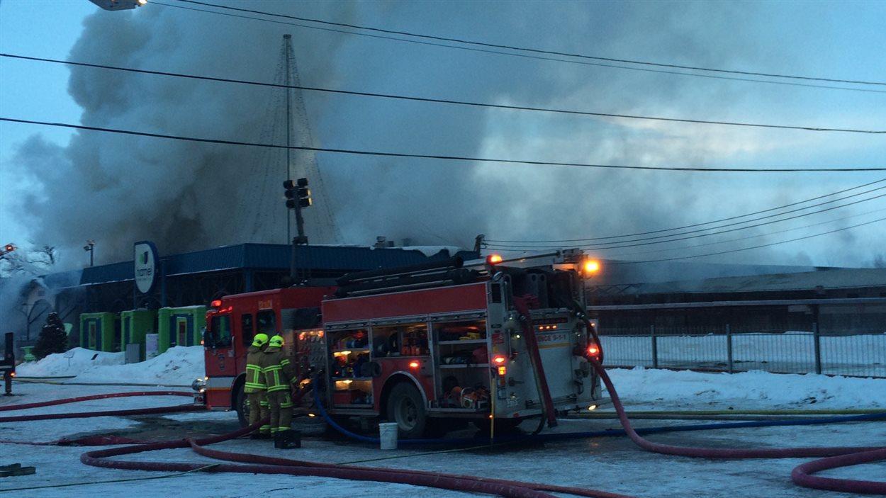 Une cinquantaine de pompiers combattent les flammes.