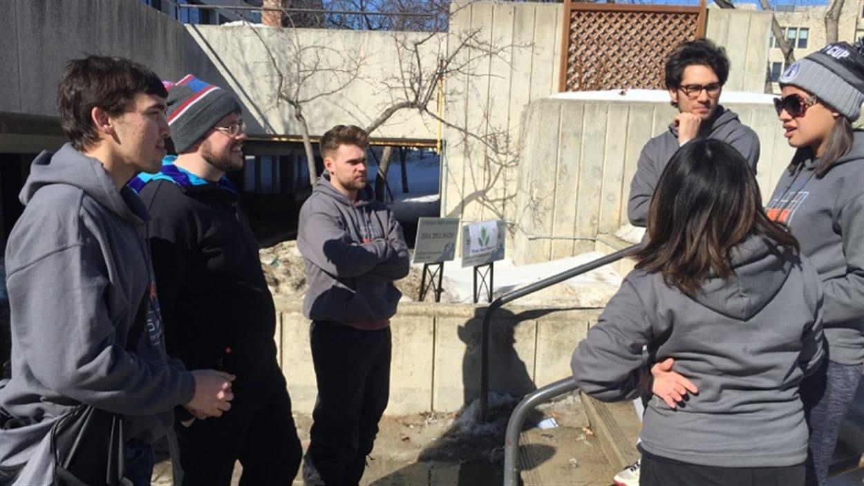 Des participants à la campagne 5 jours pour l'itinérance à l'Université du Manitoba.
