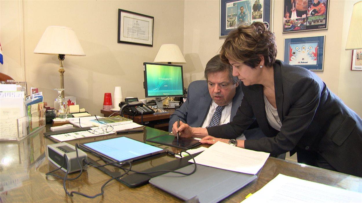 Le député d'Ottawa-Vanier, Mauril Bélanger, communique à l'aide d'une tablette avec ses employés.