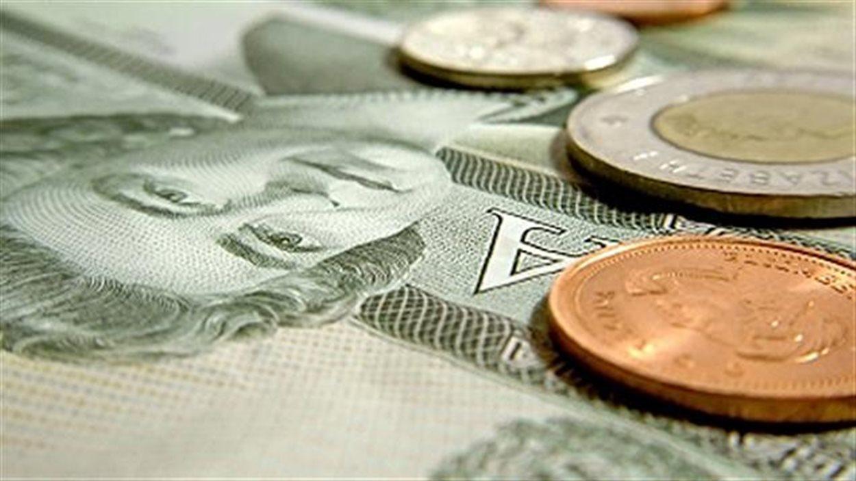 Des billets de banque et de l'argent.