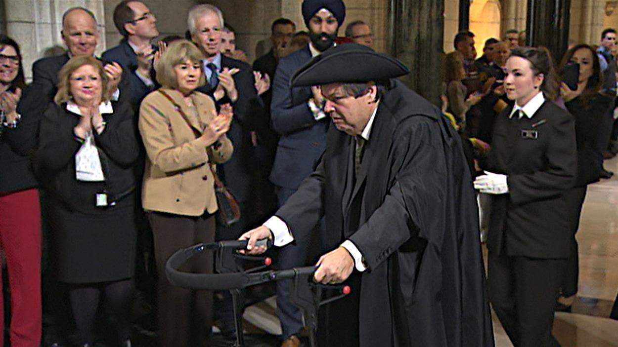 Mauril Bélanger fait son entrée, en tant que président honoraire de la Chambre des communes.