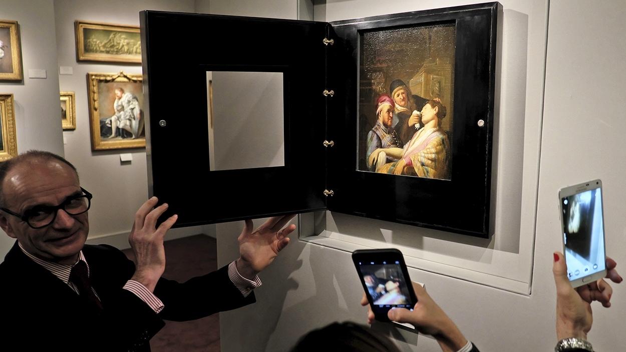 Bertrand Gautier montre la nouvelle toile de Rembrandt aux visiteurs de la foire d'art TEFAF de Maastricht