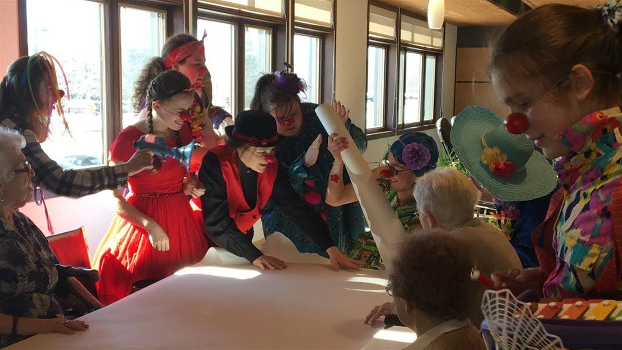 Des élèves de l'école secondaire Chavigny de Trois-Rivières ont mis un nez de clown pour égayer la journée des résidents de la Résidence La liberté