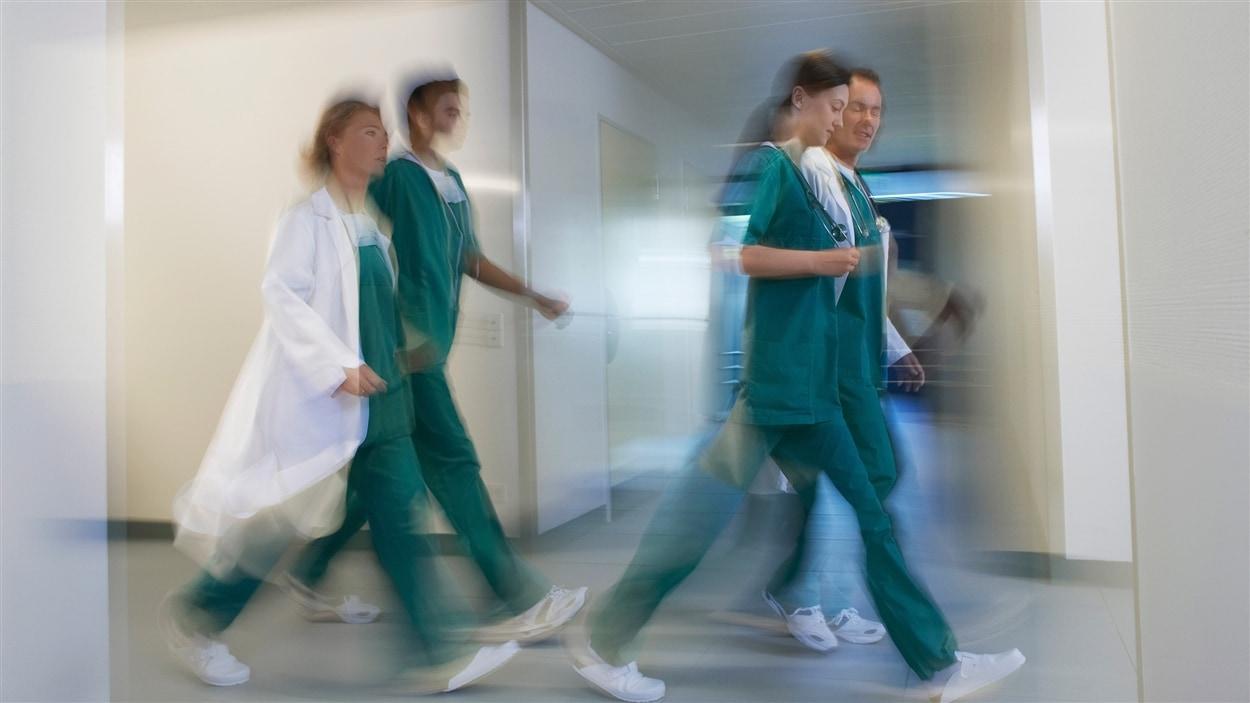 Des infimiers dans un couloir d'hôpital