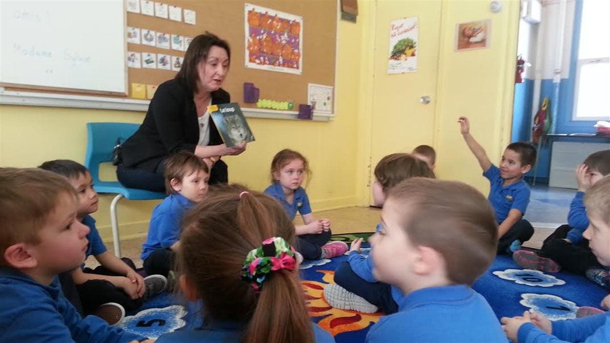 Des enfants de 4 ans en classe de maternelle