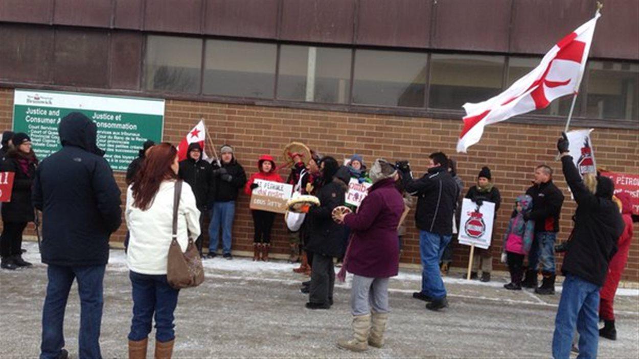 Des manifestants devant le palais de justice de Campbellton, avant le début de l'audience sur le projet de Chaleur Terminals.