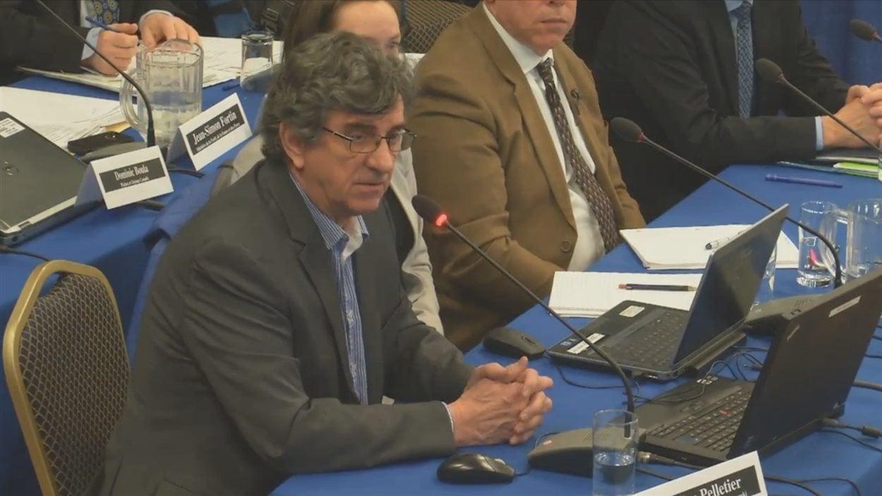 Émilien Pelletier lors de sa présentation devant le Bureau d'audiences publiques sur l'environnement (BAPE)