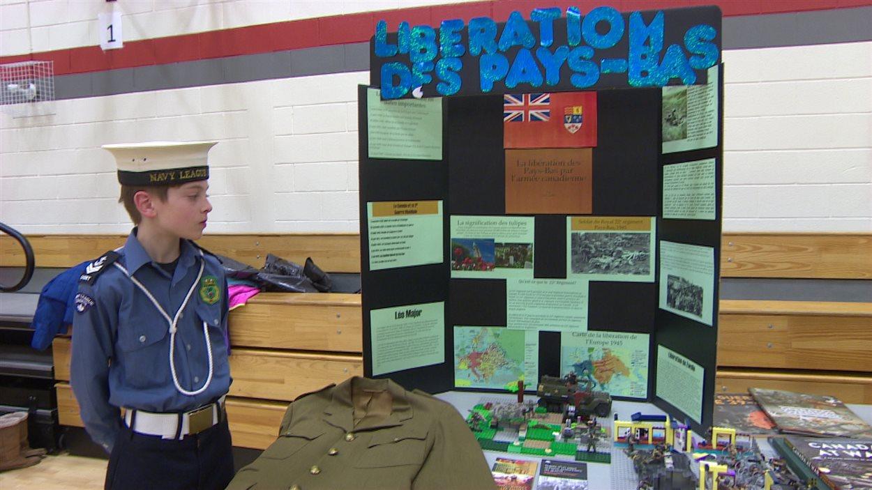 Emil Ouellet, également un cadet de l'armée, devant son kiosque