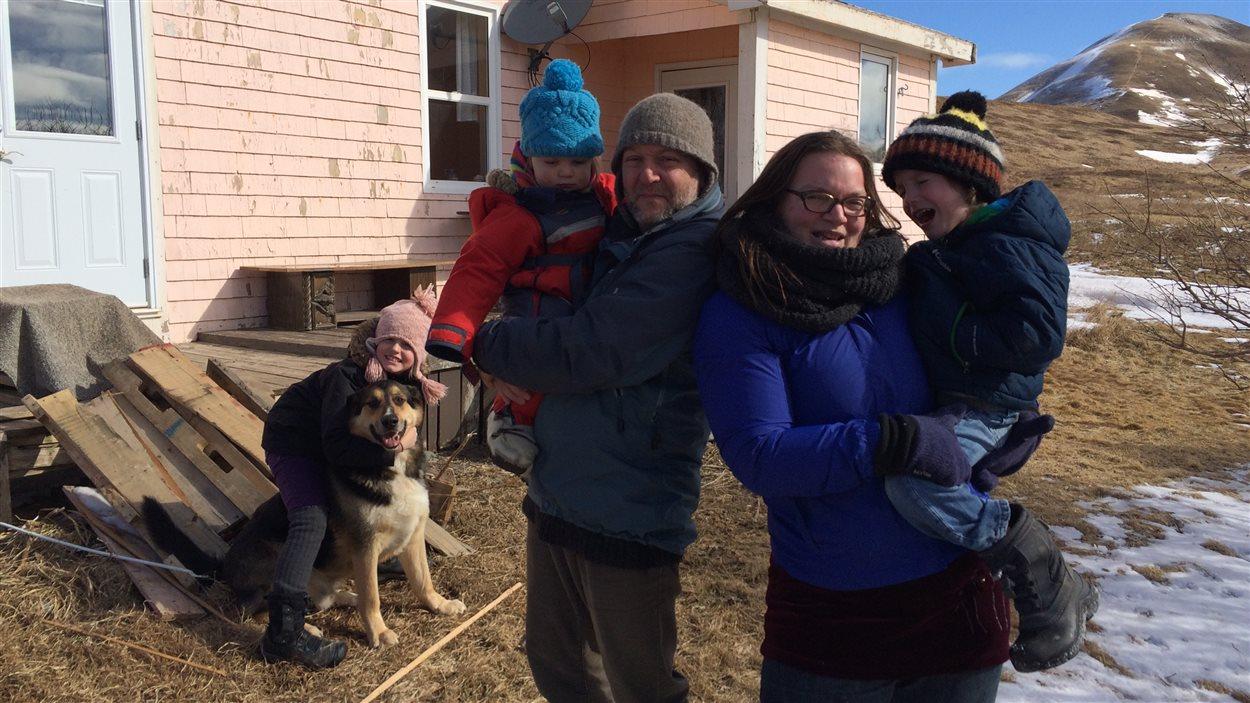 Arthur Gaudet, Véronique St-Onge et leurs enfants devant leur maison de l'île d'Entrée
