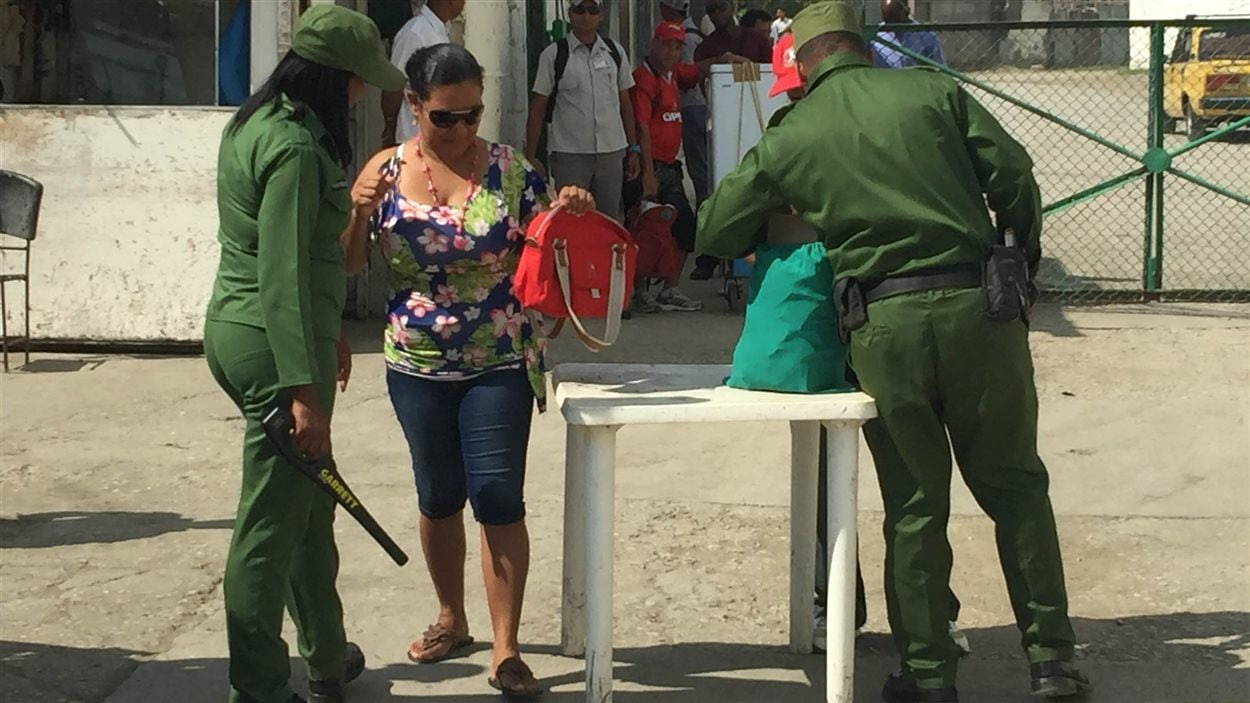 Poste de contrôle de sécurité pour traverser la baie de Guantanamo.