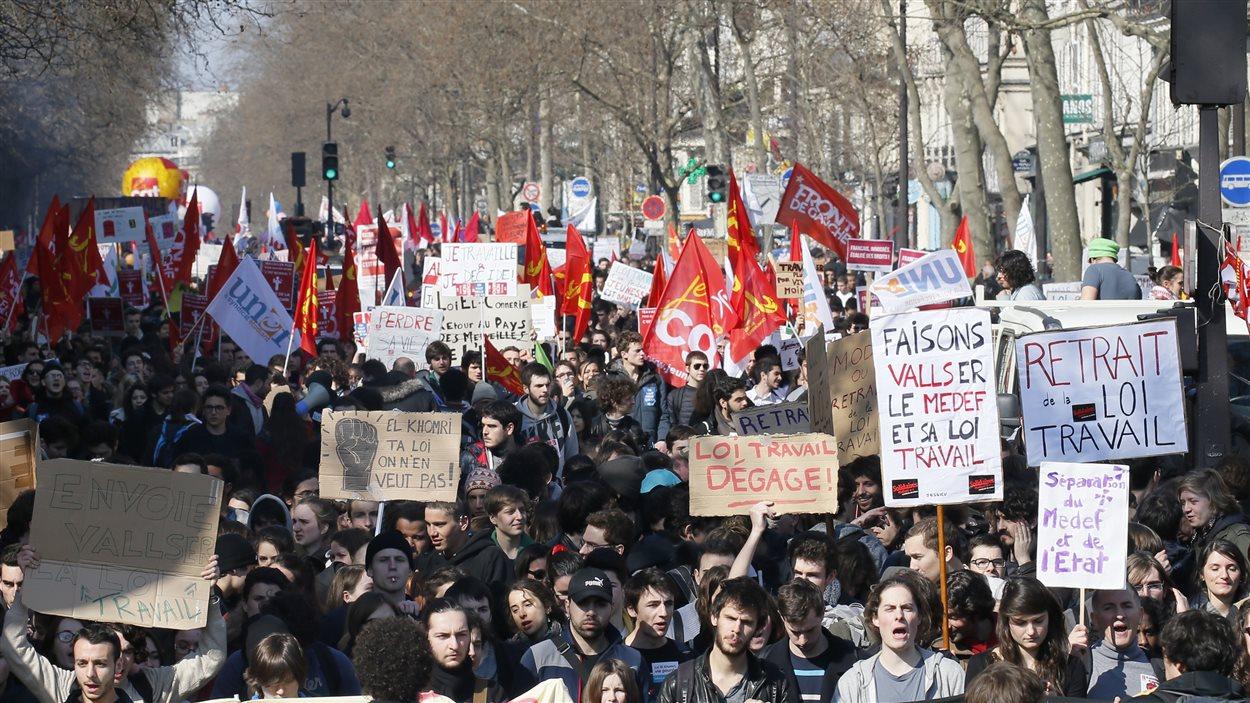 Des milliers de jeunes Parisiens sont descendus dans les rues pour dénoncer les réformes du travail proposées par le gouvernement.