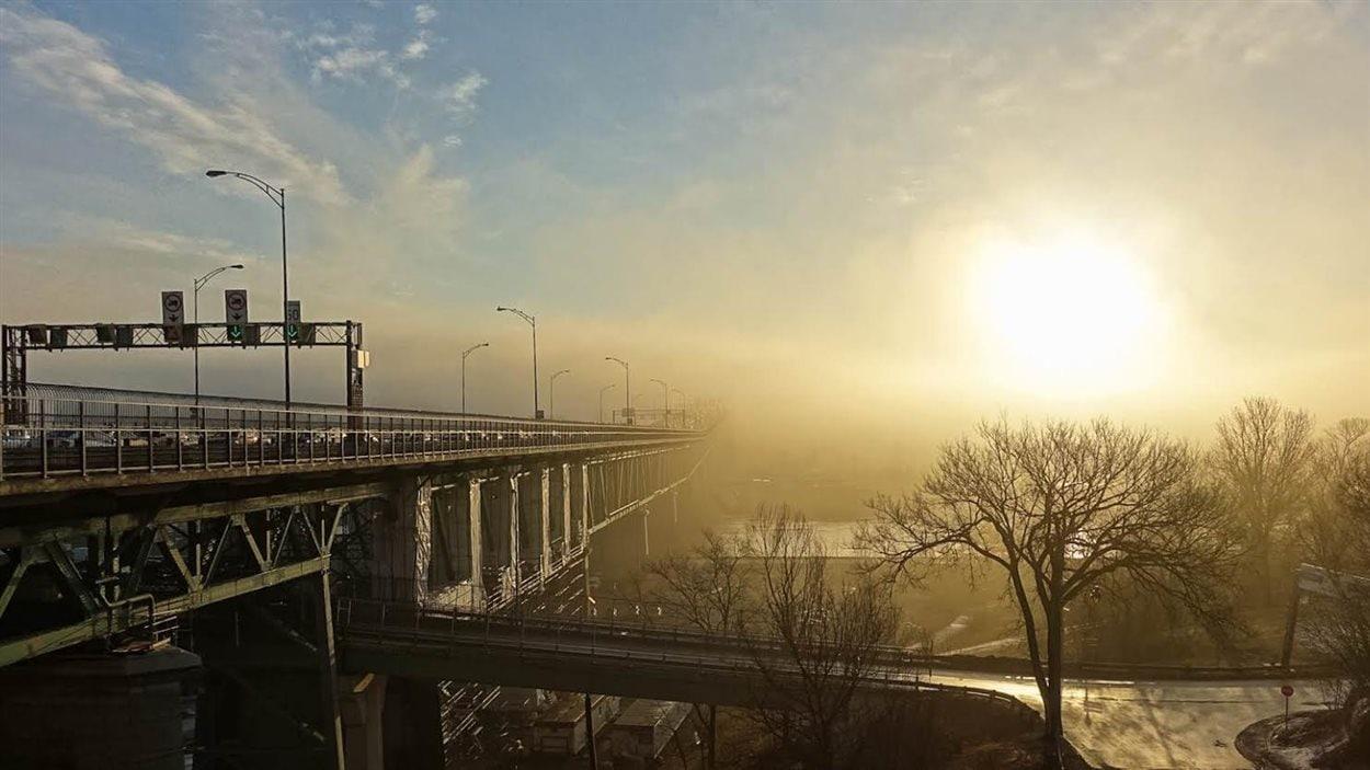 Le soleil perce la brume de la Rive-Sud près de Montréal.