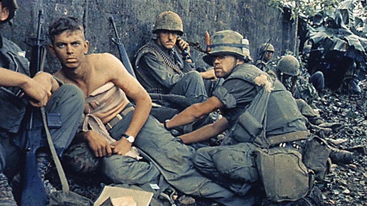 Un blessé parmi une troupe de soldats américains au Vietnam